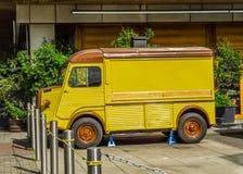 El coche viejo parqueó en la calle, fondo del edificio residencial Fotografía de archivo