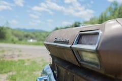 El coche viejo parqueó por el lado del camino fotografía de archivo