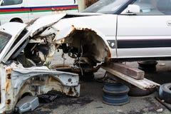 El coche viejo, roto sin las ruedas fotos de archivo libres de regalías
