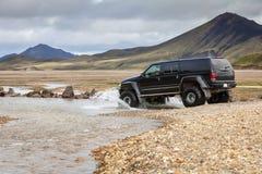 El coche 4WD vadea el río en Islandia Fotografía de archivo