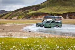 El coche 4WD vadea el río en Landmannalaugar en Islandia Fotos de archivo