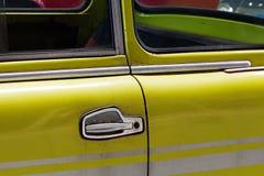 El coche y el tirador de puerta viejos Imagen de archivo libre de regalías