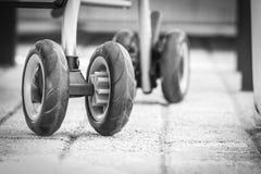 El cochecito pone un neumático las ruedas Fotografía de archivo