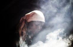 El cocinar africano de la choza imagenes de archivo