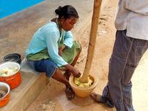 El cocinar africano de la mujer Imagenes de archivo