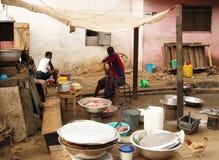 El cocinar africano de la mujer Fotografía de archivo