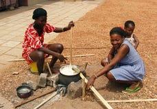 El cocinar africano de las mujeres Imagen de archivo libre de regalías