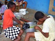 El cocinar africano de los niños Foto de archivo libre de regalías