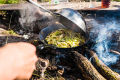 El cocinar al aire libre Imagen de archivo libre de regalías