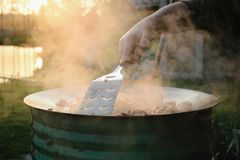 El cocinar al aire libre Imagenes de archivo