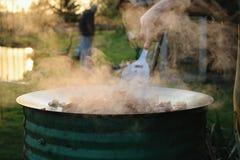 El cocinar al aire libre Fotos de archivo