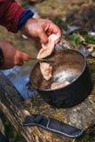 El cocinar al aire libre Comida en una caldera en un fuego Imagenes de archivo