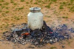 El cocinar al aire libre en Mongolia Fotos de archivo