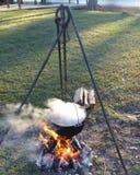 El cocinar al aire libre en el río Fotografía de archivo