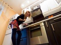 El cocinar atractivo de la muchacha Fotografía de archivo libre de regalías