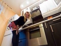 El cocinar atractivo de la muchacha Foto de archivo