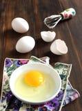 El cocinar, bate con los huevos en cáscaras de un tazón de fuente y de huevo Imagenes de archivo