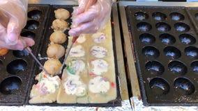 El cocinar bola-formado en la bola de masa hervida de la comida de la calle frió el plato del bocado con el calamar grande en Jap metrajes