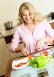 El cocinar bonito de la muchacha foto de archivo