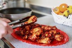 El cocinar caramelizado asiático de las alas de pollo Fotografía de archivo