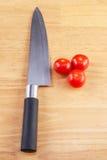 El cocinar colorido del tomate y del cuchillo apetitoso Foto de archivo
