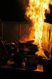 El cocinar con el fuego Fotos de archivo libres de regalías