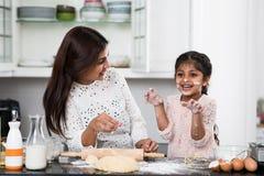 El cocinar con la madre fotos de archivo