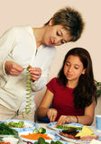 El cocinar con la mama fotografía de archivo libre de regalías