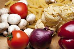 El cocinar con los ingredientes italianos Foto de archivo