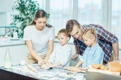 El cocinar con los padres Fotografía de archivo libre de regalías