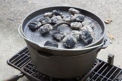 El cocinar con una cacerola del arrabio  Foto de archivo libre de regalías