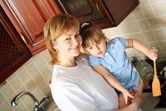 El cocinar con una hija Fotografía de archivo libre de regalías