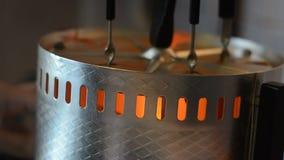 El cocinar de kebabs en brasero eléctrico metrajes