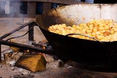 El cocinar de la calle - crisol enorme con el alimento Fotografía de archivo