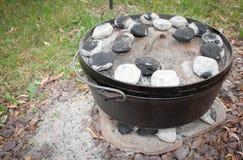 El cocinar de la cena del horno holandés Imagen de archivo