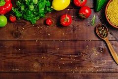El cocinar de la comida de los ingredientes: verduras, especias, granos Fotos de archivo