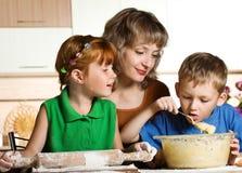 El cocinar de la familia Imagenes de archivo