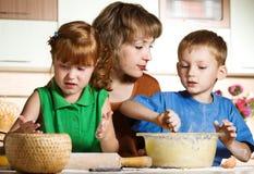 El cocinar de la familia Foto de archivo libre de regalías