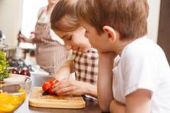 El cocinar de la familia Momia y niños en la cocina Imágenes de archivo libres de regalías