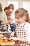 El cocinar de la familia Momia y niños en la cocina Imagen de archivo libre de regalías