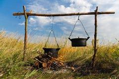 El cocinar de la hoguera fotografía de archivo