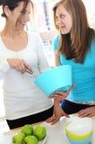 El cocinar de la madre y de la hija Imágenes de archivo libres de regalías
