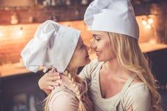 El cocinar de la madre y de la hija fotos de archivo