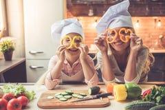 El cocinar de la madre y de la hija fotografía de archivo libre de regalías