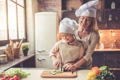 El cocinar de la madre y de la hija foto de archivo