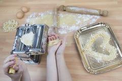 El cocinar de la madre y del niño Fotografía de archivo