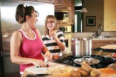 El cocinar de la mama y de la hija Fotografía de archivo