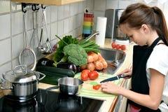 El cocinar de la muchacha fotos de archivo
