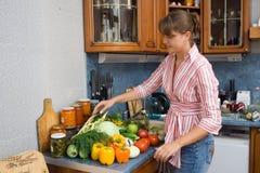 El cocinar de la muchacha Foto de archivo libre de regalías