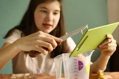 El cocinar de la muchacha del adolescente Fotos de archivo